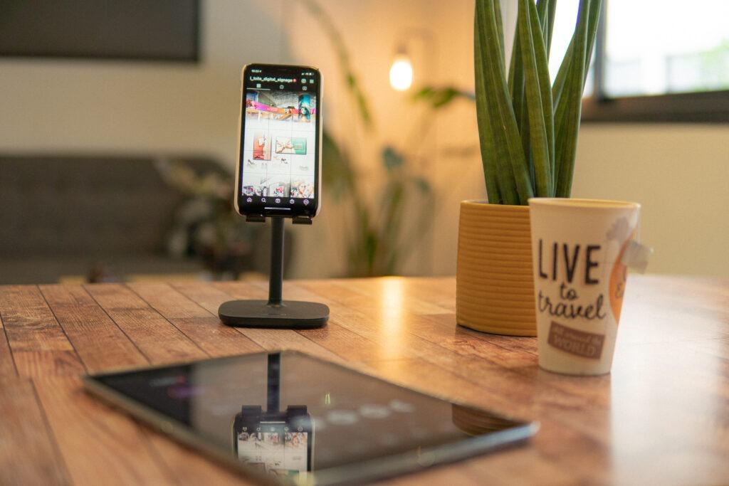 bureau avec telephone, cafe, tablette et plante
