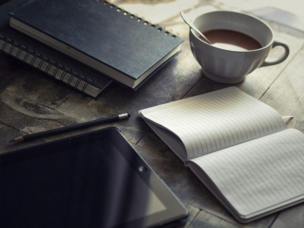 bureau avec livre et cafe